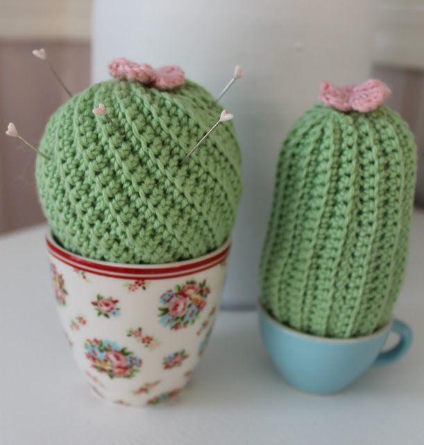Jeg må jo hellere følge med bølgen og hækle et par kaktusser :-)Disse to kaktusser er super nemme at hækle.Her får i en udførlig DIY Jeg har brugt bomuldsgarn 8/4 og hæklenål nr. 2,5.Aflang kaktus :Hæ