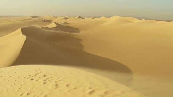 örök+a+homok tapossuk+bárakárhányan bámulva+szájtátín a+sokezeréves+multat * Homokvihar+és+Szmog ma+lakodalmat+ül Kairó+narancsa+dereng zaj-szürkébe+vegyül * leszálló+naptól+selymesül+a+sivatag okkertől+mélybarnáig+hullámzik a+homok+pergése+lelassul álmos…