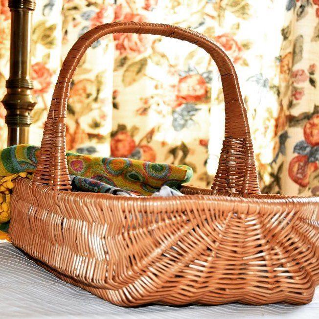 REBAJAS -25% en cestas para la ropa. En tres tamaños distintos, pero con el mismo diseño y calidad, esta cesta de mimbre barnizada y con asa es estupenda para guardar pañuelos, camisas o todo tipo de ropa y distribuirlos por los armarios. Es una cesta artesanal de Cestas Home. #handmadebaskets #calidadcestasdeespaña.
