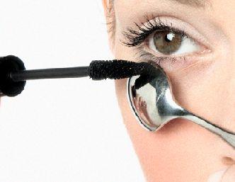 La cuchara es excelente para aplicar la máscara a tus pestañas inferiores para darle una curva perfecta sin estropear el maquillaje de la cara