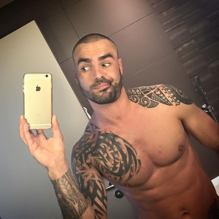 Isaac Jones naked and inked takes a mirror selfie