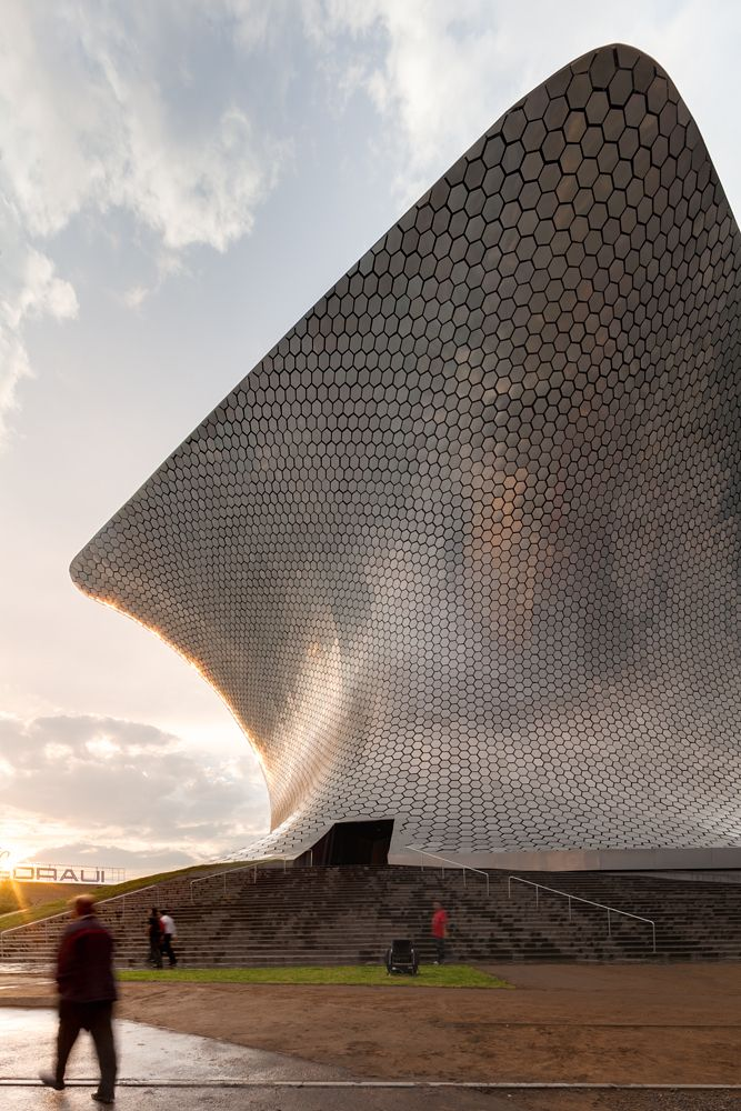The Museo Soumaya is a private museum in Mexico City. It is a non-profit cultural institution with two museum buildings in Mexico City - Plaza Carso and Plaza Loreto. #architecture ☮k☮ www.nipon-scope.com