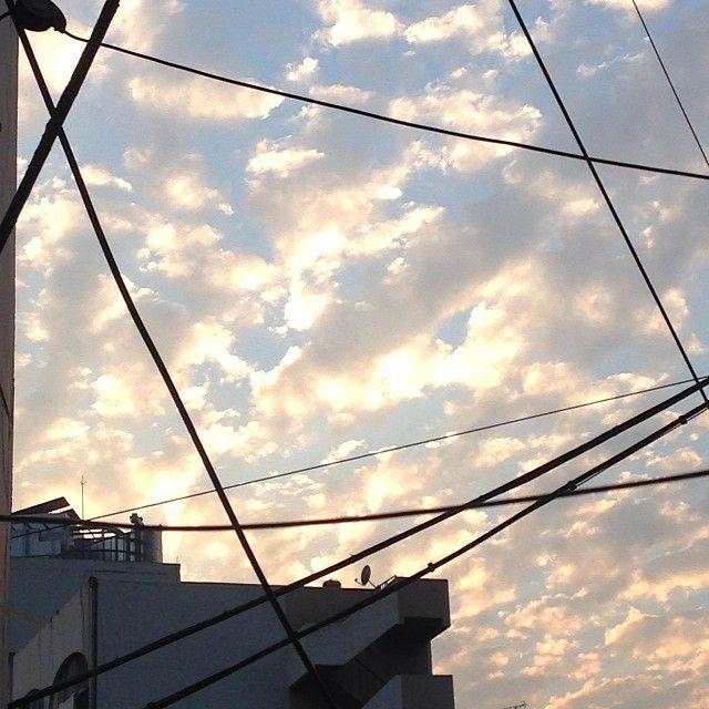 andromedian / #하늘 #구름 #집앞 #전선 #예쁘다 #일상 / 서울 용산 후암 / #골목 #설비 #하늘 / 2013 10 20 /