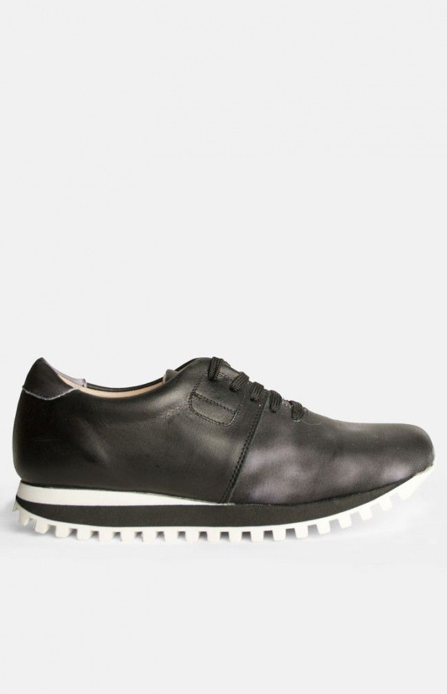 TRAINER - Sporty shoe in natural cow leather #anglestore #sneaker #leather #design #deuxsouliers