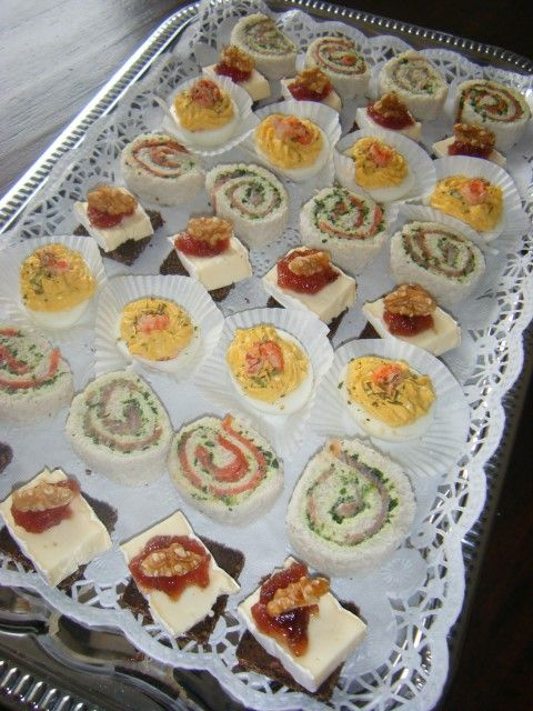 diverse losse borrelhapjes waaronder gevulde eieren, zalmrolletjes, roggebrood brie met vijg
