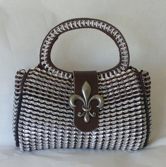 Bolsa confeccionada com lacres de latinhas de metal reaproveitados. …