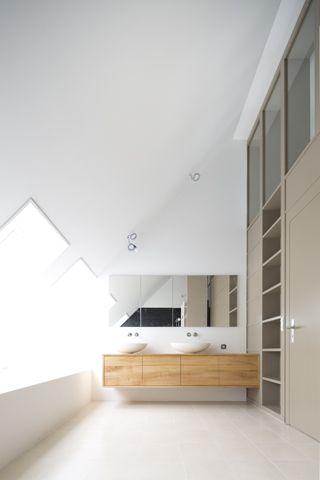 Neues Bad Mit Corian Badewanne, Die Holzstelen Konstruktion Ist Im Oberen  Bereich Verglast