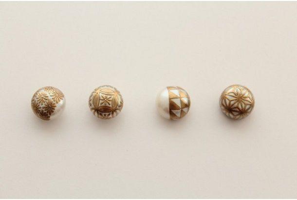 淡水パールに「麻の葉」や「菊」などの蒔絵(まきえ)を金粉で施した「MAKIEパール ピアス」。 蒔絵とは、漆器の表面に漆で絵や文様、文字などを描き、それが乾かないうちに金や銀などの金属粉を「蒔く」ことで器面に定着させる技法。 そんな技法を使い、真珠に「麻の葉」「菊」「業平菱」「鱗文様」「花格子」などの文様を京漆器の蒔絵師さんがひとつひとつ丁寧に描きつけているそうです。