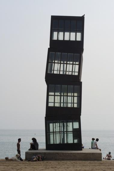 Нечто на пляже Барселоны