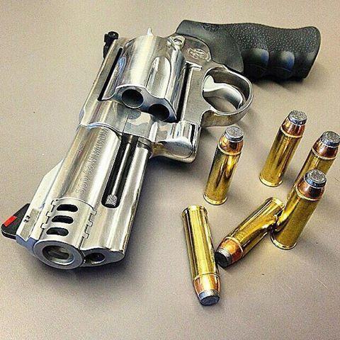 """Revólver Smith&Wesson S&W 500 Calibre: .500S&W Magnum (o calibre mais poderoso entre as armas curtas). Capacidade do cilindro: 5 munições. Ação: Simples/Dubla. Cano: 4"""". Esse é  para quem gosta de POWER!!! Photo:@illmanneredgunrunner707 #falandoemarmas #smith #wesson #500 #pl3722 #tiropratico #guns #gun #army #firearms #reddot #pistol #revolver #cate #campanhadoarmamento #headshot #love #top #show #a #br #ipsc #cac #eua #repost #letsgo #boanoite #bomdia #boatardee #foracorruptos"""