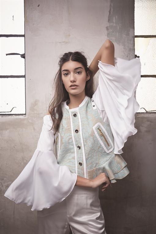 A volar, a volar  Chaleco bordado ($ 6950, Jazmín Chebar), blusa de seda ($ 650, EstudioMN), pantalón de seda ($ 2786, Giesso).