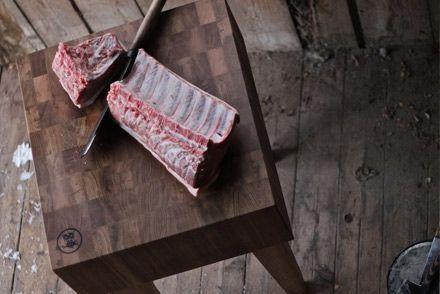 Ugglan och Eggen Slaktarblock Rökt  Ett rejält slaktarblock i rökt ek som är enkel samt har en härlig träkänsla.  50x60x23 cm Höjd: 90 cm  Rek. butikspris: 12 900.00 SEK