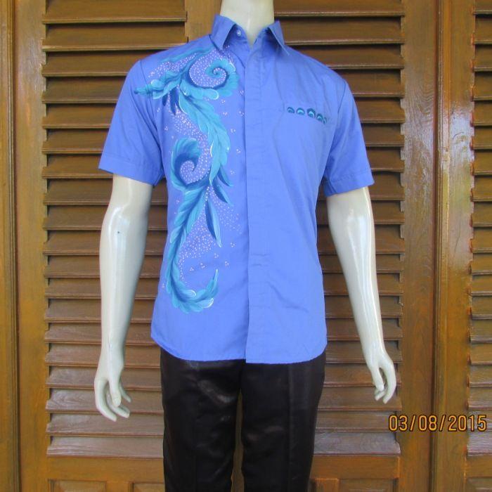 hem batik pria berwarna biru motifnya cukup modern dan trendy karena tidak semua bagian diberi motif , untuk jenis pembatikanya sendiri gambar tersebut tergolong jenis batik lukis. batik lukis tidak hanya dipakai untuk pakaian wanita saja. namun hem atau kemeja batik priapun bisa dilukis.