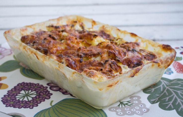 """Blomkålsgratäng är gott att servera som en hel rätt med sallad eller som tillbehör till grillat. Det blir en krämig gratäng med smak av ost, mumsigt. Vill du göra gratängen lite """"matigare"""" kan du blanda i knaperstekt bacon. 6 portioner blomkålsgratäng 2 st färska blomkålshuvuden eller 1 kg djupfryst blomkål 1/2 purjolök 250 g riven ost 4 dl mjölk 2 dl grädde (valfri fetthalt, gärna hög fetthalt för krämig gratäng) 3 msk mjöl 1 grönsaksbuljongtärning eller salt Svartpeppar TIPS! Du till..."""