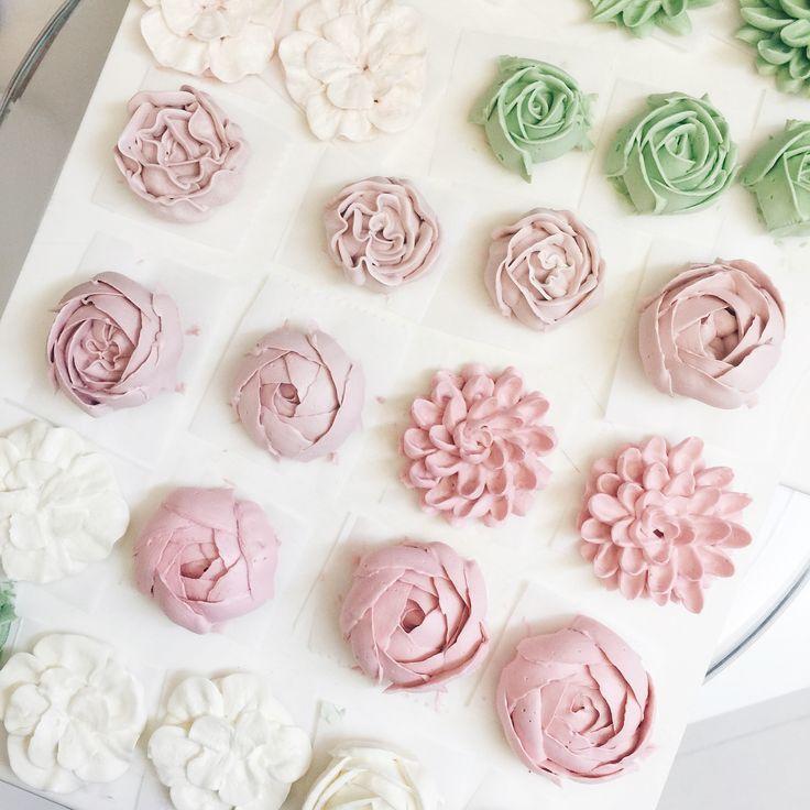Building blocks of the buttercream flower cakes #buttercream