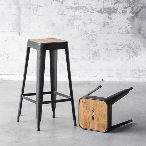 Tabouret de bar en acier noir Industry avec assise en bois prix promo Tabouret de bar Decoclico 139.00 €