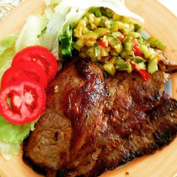 Comida boa para ter um ano bom! . . Bife com salada e legumes! . . #senhortanquinho #paleo #paleobrasil #primal #lowcarb #lchf #semgluten #semlactose #cetogenica #keto #atkins #dieta #emagrecer #vidalowcarb #paleobr #comidadeverdade #saude #fit #fitness #estilodevida #lowcarbdieta #menoscarboidratos #baixocarbo #dietalchf #lchbrasil #dietalowcarb