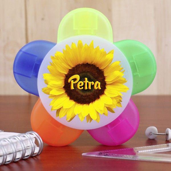 Ein bunter Textmarker mit 5 verschiedenen Farben und Aufdruck einer Sonnenblume mit Abbildung Ihres Wunschnamens.