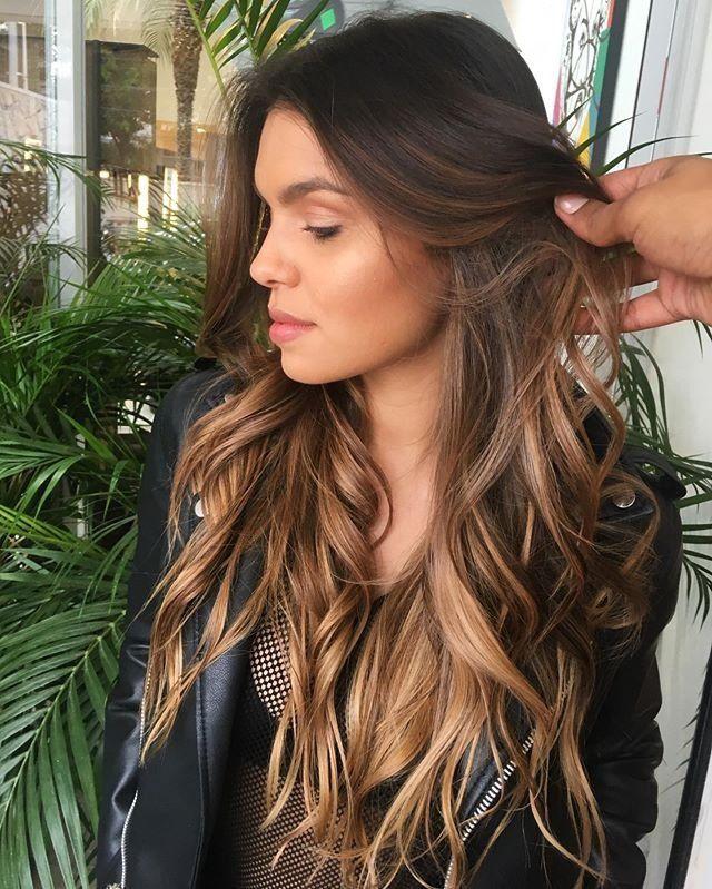Dica do hairstylist Felipe Ferreira para iluminar o semblante com naturalidade: pontos de luz estratég… | Cabelo escuro com luzes, Cabelo californiana, Luzes cabelo