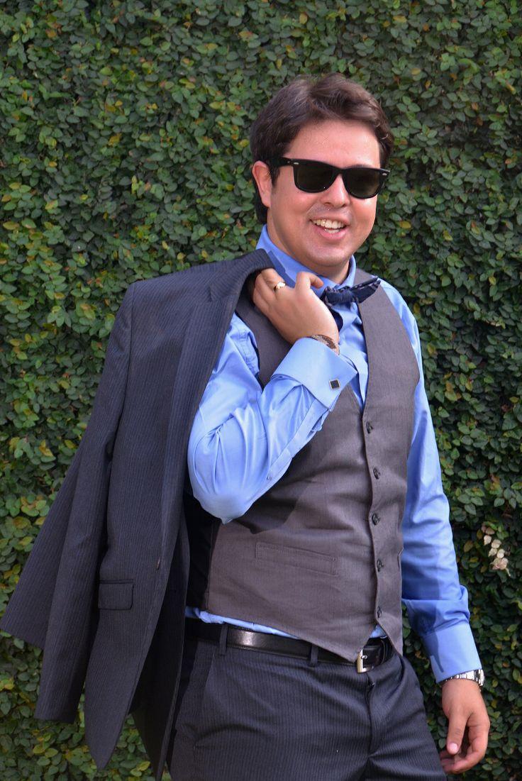 Miguel lució su traje de novio por un corbatín y como zapatos unos Converse de color azul. La temática de color de la boda fue en Azul Turquesa.#FotografoBodasCali  #FotografiaBodasCali #FotografoMatrimoniosCali
