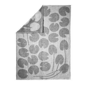 Pläden Water Lilies från Fine Little Day är formgiven av Elisabeth Dunker som hämtat inspiration från en drömmig trädgård och en sagolik damm där näckrosor vilar på vattenytan. Pläden är tillverkad av svensk ull från Toarp Säteri där fåren strövar fritt och odlingen är ekologisk. Det är en riktigt mjuk och skön pläd som man gärna sveper in sig i men den blir också en fin inredningsdetalj på soffan eller i fotändan av sängen.