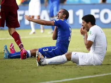 जरा बचके..ये फुटबॉलर तो काटता है! http://www.jagran.com/news/sports-suarez-bites-again-this-time-in-fifa-world-cup-11424437.html #ItalyvsUruguay   #FIFAworldcup2014