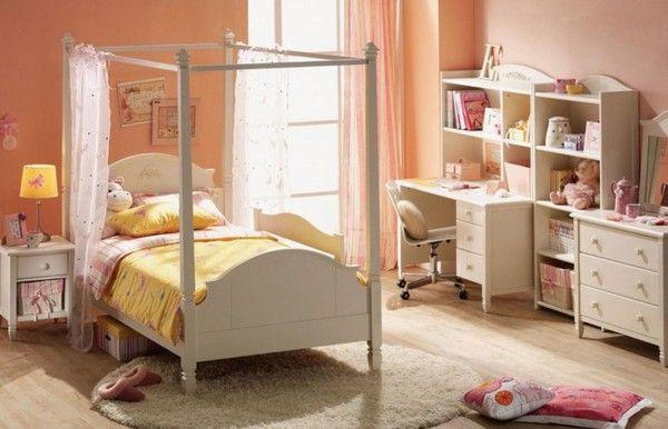 Perzik kleur van de muren in het interieur van de kamer van een kind