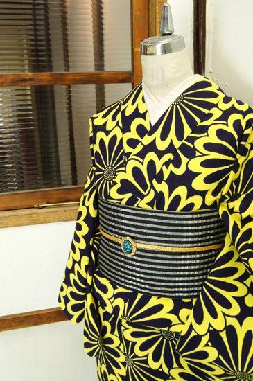 黒と黄色で染め出されたフラワーパターンがポップキュートな注染レトロ浴衣です。 #kimono