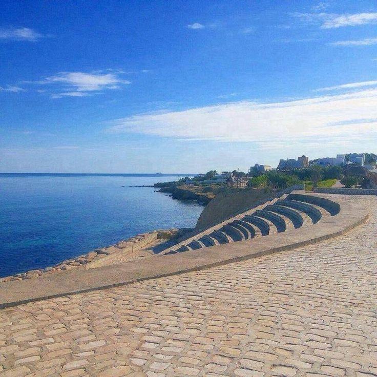 Vue sur mer//Village Hergla//Hergla est une ville côtière située à une vingtaine de kilomètres au nord de Sousse et rattachée au gouvernorat de Sousse. C'est une petite ville comptant 6 332 habitants en 2004. Wikipédia