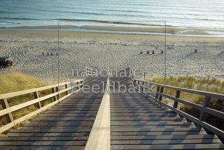 Strandopgang bij Burgh-Haamstede met de grote trap, strand en zee op een mooie namiddig.