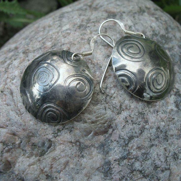 Tykkäiskö teidän äiti Spiraali -korviksista? #äitienpäivä #uniikkikorut #hopeakoru #finnishdesign #aed #anuek #kerava