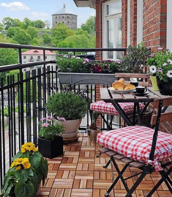 holzfliesen balkon akazienholz eisen geländer klapptisch