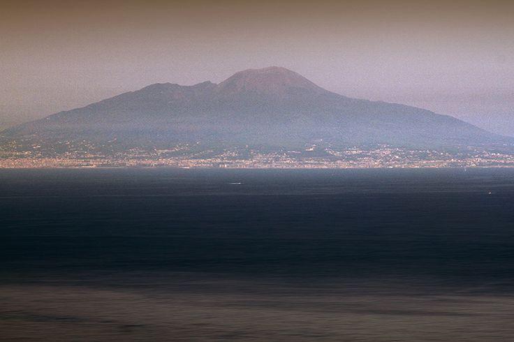 D.Signers | ¿Qué pasó en Pompeya? 50.Monte Vesubio visto desde la cima de la Isla de Capri. El diámetro del cráter es de alrededor de unos 550 metros muy visible en fotos satelitales del golfo de Nápoles.