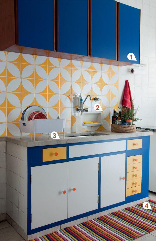 Azulejos são elementos perfeitos para usar na decoração da cozinha. Além de darem um toque de bom gosto na decoração, eles vão proteger as paredes de umidade excessiva.  Ao revestir as paredes com eles, use sempre rejunte branco para dar uniformidade e formar um fundo neutro para os demais elementos.