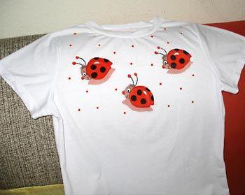 Camiseta customizada com pintura em tecido
