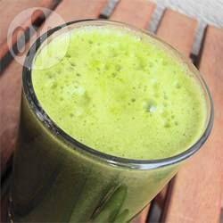 Een groen groentesapje met sla, boerenkool, appel, gember en citroen. Supergezond en lekker. Je hebt een sapcentrifuge (of slowjuicer) nodig voor dit recept.