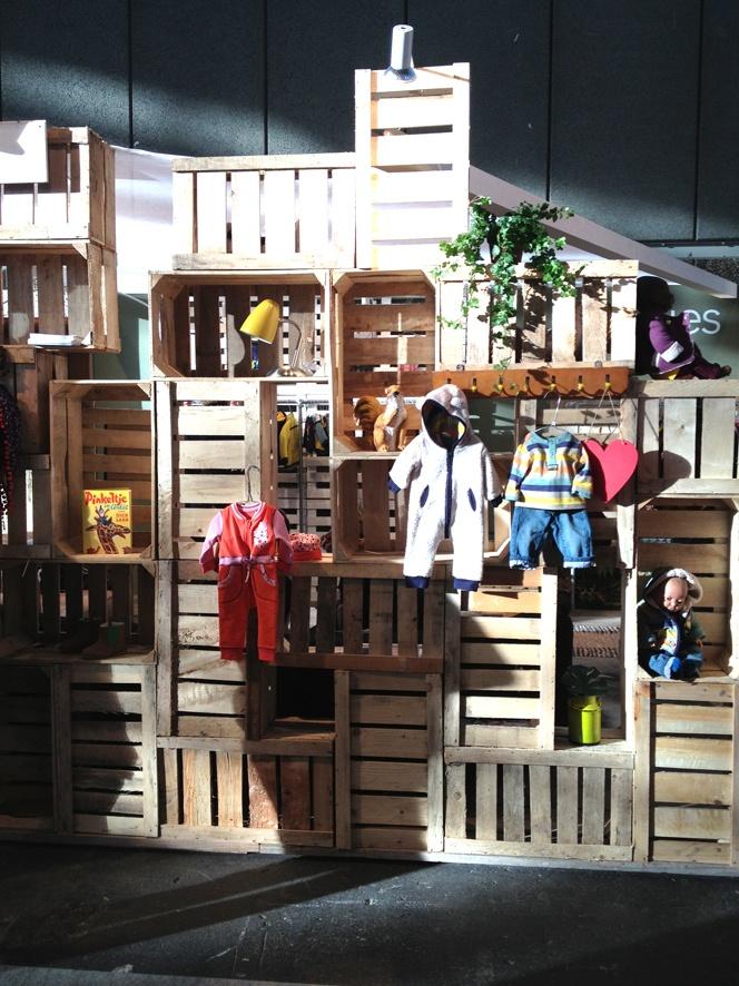 Idee voor de #speelkamer | Wand van gestapelde kratjes, goed vastmaken | #Noppies via #Fabulousmama