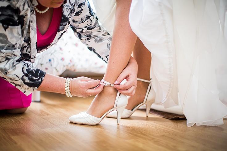Hulp van moeder met aantrekken bruidsschoenen, bruiloft Utrecht, trouwen, huwelijk #bruidsfotograaf #bruidsfotografie Dario Endara