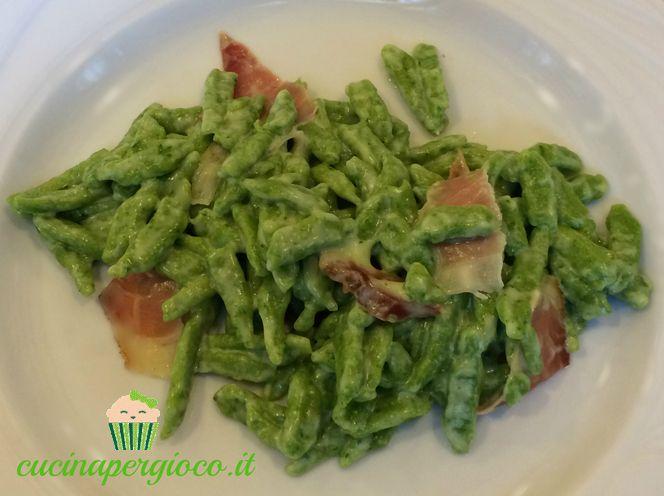 Spätzle di spinaci panna e speck morbidi e piacevoli al palato,piccoli gnocchetti tipici della zona Alpina.