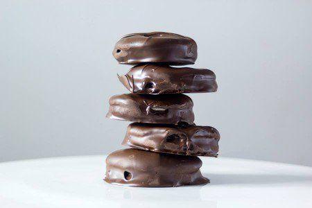 Moon Pie é a versão americana do alfajor. Feitas com biscoito de chocolate, recheadas com marshmallow e cobertos com chocolate, vale a pena experimentar a receita do canal Fotografando à Mesa.