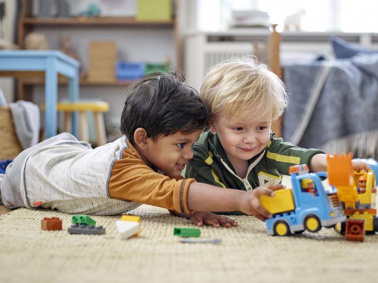 Jungs spielen mit LEGO DUPLO 10812 Bagger & Lastwagen  https://www.spielzeug24.ch/ki/Duplo-Baustelle-6335918.html