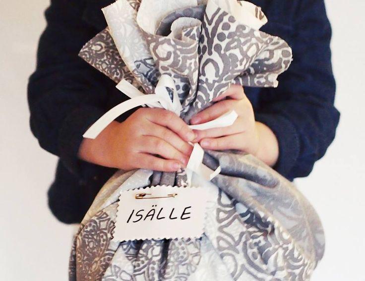 DIY Paketointi / Wrapping // Helppo paketointivinkki lapsen kanssa on kääräistä lahjat kangastilkkuun. Sido kiinni narulla ja lisää haluamasi koristeet.