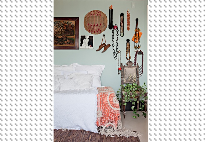 Este apartamento tem 50 m² e apenas um quarto. A solução da interior stylist Melany Kuperman para receber hóspedes foi, em vez de sofá, ter uma cama extra na sala. Com almofadas encostadas na parede, ninguém percebe que o móvel é improvisado. Mas basta os convidados chegarem para o ambiente se transformar
