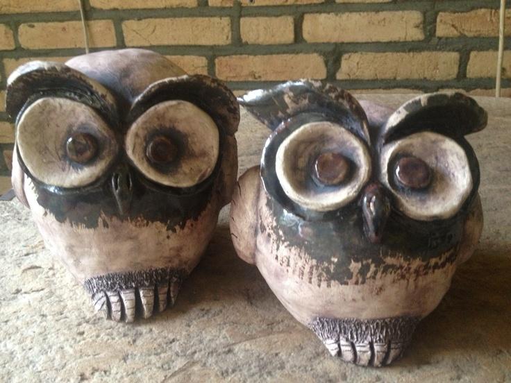 Keramiek uiltjes, merendeels met ijzeroxide bewerkt. Ceramic owl.