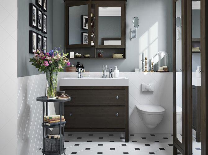 Intégrez des éléments décoratifs comme un bouquet de fleurs, même dans la salle de bains