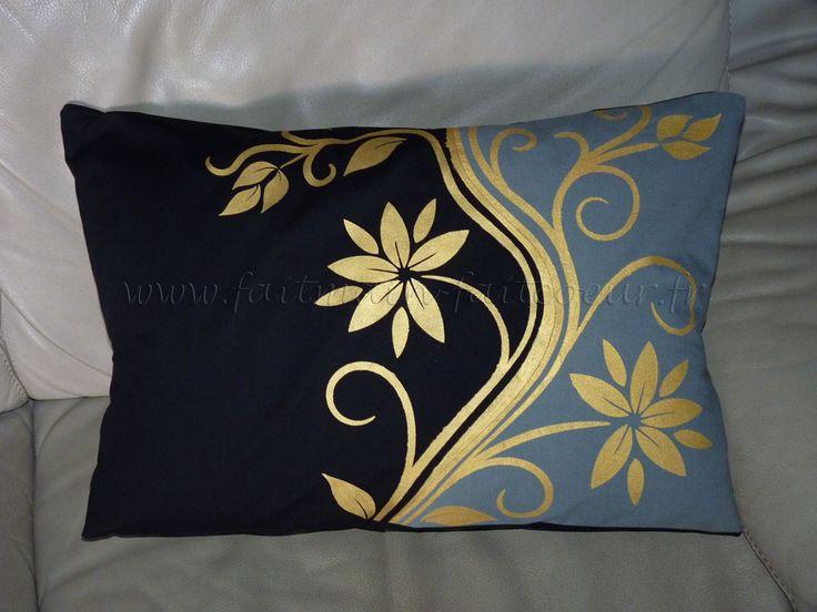 Coussin bicolore décor peinture tissu dorée. (Two tones cushion - gold fabric paint).