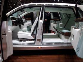 L'intérieur de la Rolls Royce Serenity est une invitation au voyage.