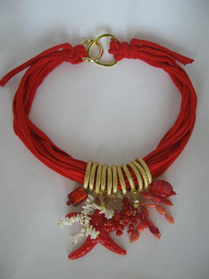 Collana in fettuccia con corallo bambu', vetro, chips di corallo e resina. Notedizucchero.blogspot.com