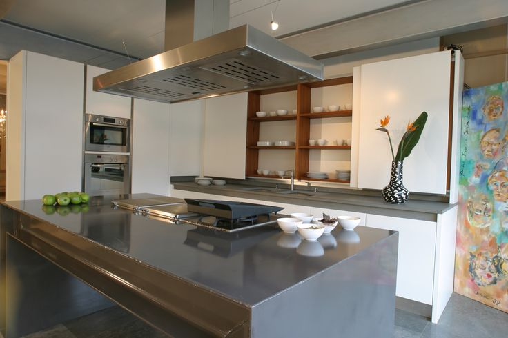 Maatwerk MDF keuken met H-balken eiland en noten houten binnenkasten. Fronten greeploos