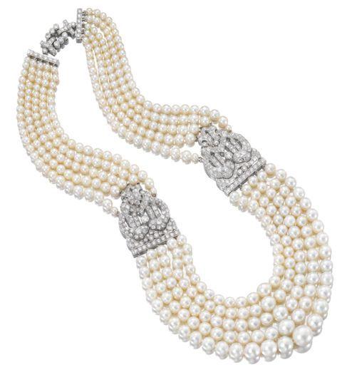 Um esplêndido colar de cinco voltas graduadas de pérolas combinadas à perfeição, unidas por dois elementos de platina e diamantes. Todas as pérolas são das águas do Golfo. Assinatura Cartier, c. 1930. Coleções da Museus do Qatar.